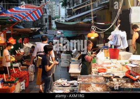 Street Market alimentare di Hong Kong - Lady di vendita del pesce [Graham Street Market, Graham Street, Hong Kong, Foto Stock