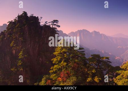 Nuvola Bianca Scenic Area, Huang Shan (gialle di montagna), il Sito Patrimonio Mondiale dell'UNESCO, provincia di Foto Stock