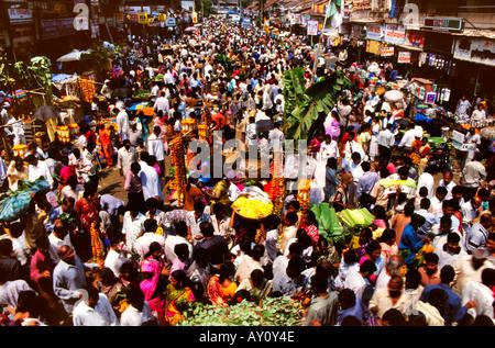 Onde di umanità. Buzz inimmaginabili di Dadar West Street Market seething con la folla di acquirenti e venditori. Foto Stock