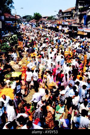 Onde di umanità. Buzz inimmaginabili di Dadar West Street Market seething con la folla di acquirenti e venditori. Mumbai India Asia