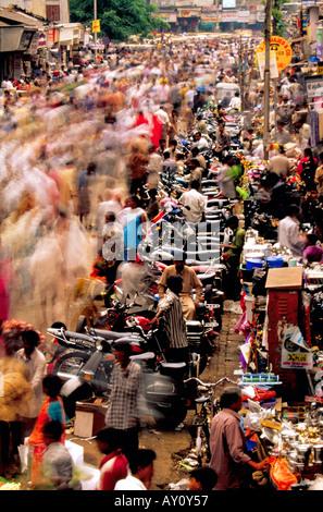 L'inimmaginabile buzz di Dadar West Street Market Mumbai seething con la folla di acquirenti e venditori. India asia