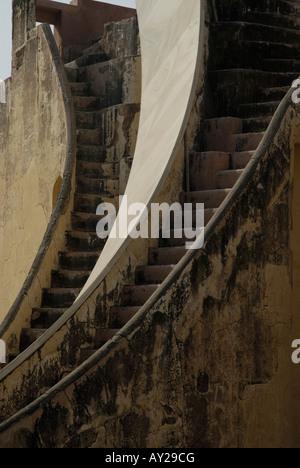 Scale ripide o passi su un grande strumento chiamato Yantra in Jantar Mantar Observatory a Jaipur Rajasthan in India. Foto Stock