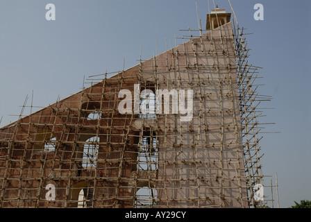 Impalcature di bambù sul grande strumento chiamato Yantra in Jantar Mantar Observatory a Jaipur Rajasthan in India. Foto Stock
