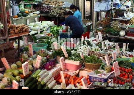 Cibo di strada nel mercato di Hong Kong - di commercianti che vendono Vegtables [Graham Street Market, Graham Street, Foto Stock