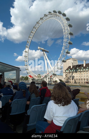 Londra Tamigi passeggeri su tour in barca con centro di Shell e British Airways Millennium Eye ruota panoramica Foto Stock
