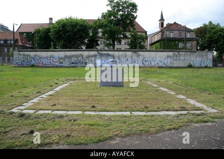 Memoriale di coloro che sono morti nel tentativo di fuggire la Germania Est attraversando il muro di Berlino Berlino. Foto Stock