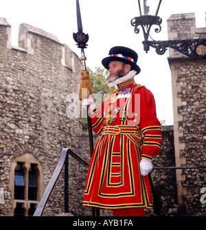 Beefeater guardia in uniforme cerimoniale presso la Torre di Londra REGNO UNITO Foto Stock