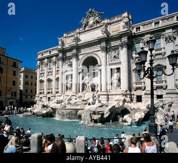 La celebre Fontana di Trevi a Roma Italia, se si gettano in una moneta il vostro desiderio si avveri! Foto Stock