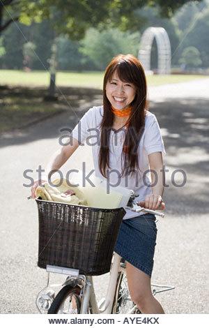 Giovane donna in bicicletta Foto Stock