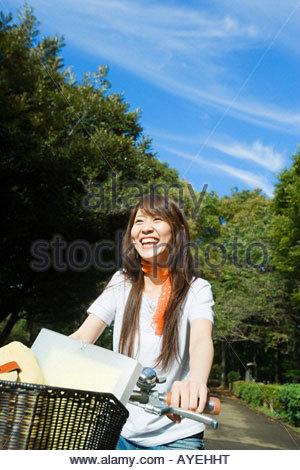 Giovane donna su una bicicletta Foto Stock