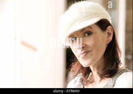 Medioevo donna che indossa la lana Cappello invernale paura in stato ... b657cff03183