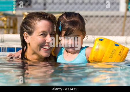 Ragazza 4 anni suona in una piscina con la sua madre