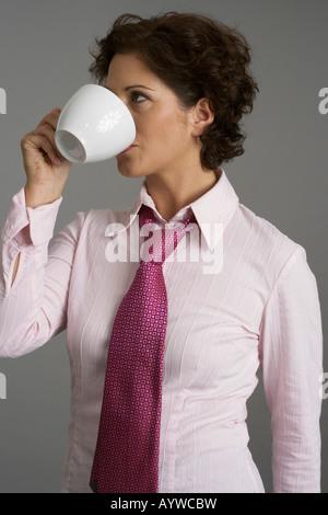 Imprenditrice di bere una tazza di caffè Foto Stock