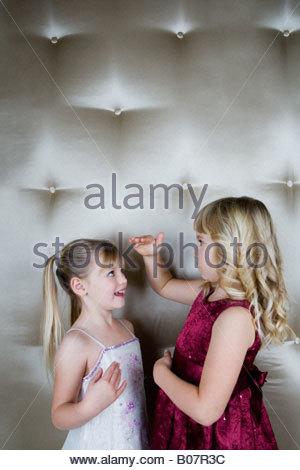 Due amici in abiti misurando ciascun altro Foto Stock