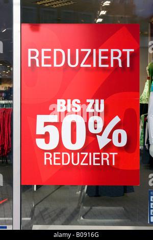 Annuncio nella vetrina di un negozio, sconto fino al 50% di sconto Foto Stock