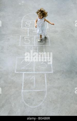 Bambina giocando campana, ad alto angolo di visione Foto Stock