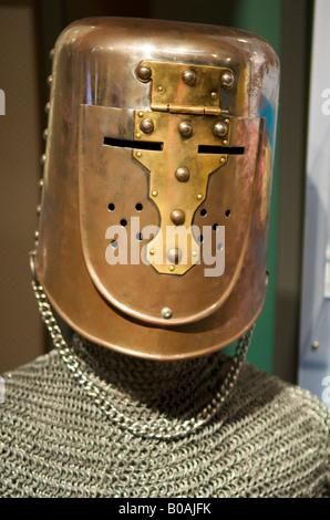 Metallo casco medievale e mail a catena sul display al Centro della Scienza del Pacifico, Seattle, Washington, Stati Uniti