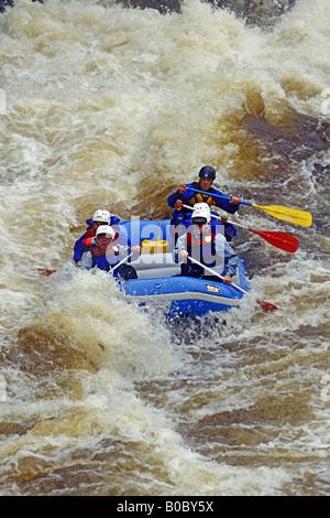 Rafting il fiume Menominee a Piers Gorge sul confine del Wisconsin e Michigan Penisola Superiore