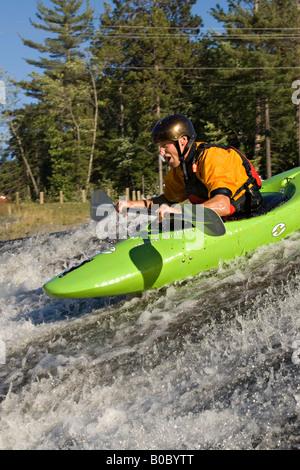 Un whitewater kayaker scende una cascata sul fiume morto vicino a Marquette Michigan