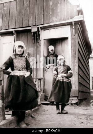 7c4560a8f7cf Ragazze in tradizionale abito olandese. Alkmaar