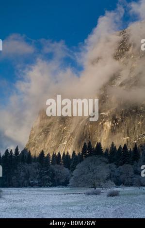 Nuvole sulla mezza cupola all'alba dopo la primavera tempesta di neve Yosemite Valley Yosemite National Park in California Foto Stock