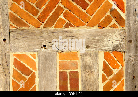 Close up Elizabethan la struttura di legno edificio con mattoni rossi Foto Stock