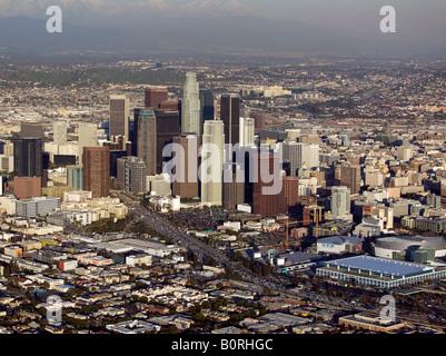 Antenna sopra il centro cittadino di Los Angeles CA skyline Foto Stock