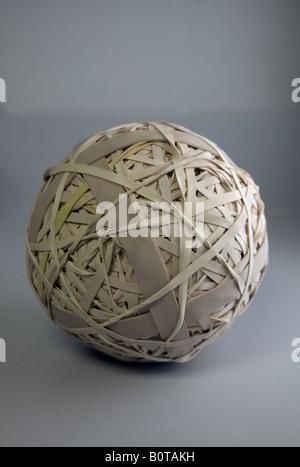 Una palla fatta di bande di gomma Foto Stock