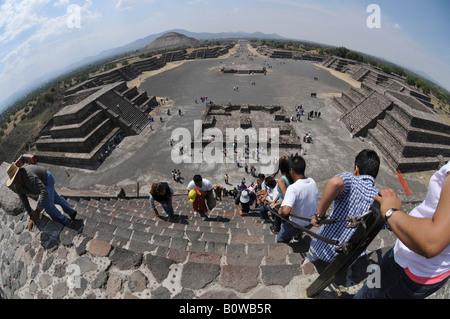 La Piramide del sole, a Plaza de la luna, Calzada de los Muertos, avenue dei morti, Teotihuacan, Messico, America Foto Stock