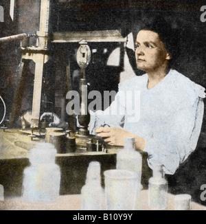 Le borse Marie Curie 1867 - 1934 Polacco fisico francese nel suo laboratorio. Con suo marito Pierre ha isolato di Foto Stock