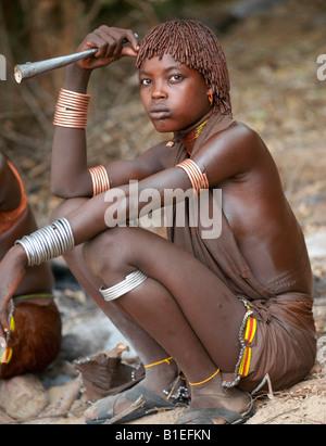 """Hamar donne danza in un """"salto del Bull' cerimonia. La Hamar sono semi-pastori nomadi del sud-ovest dell Etiopia. Foto Stock"""