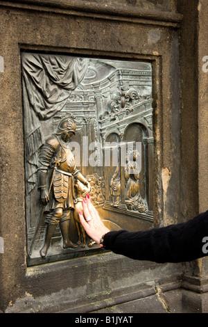 Statua di San Giovanni Nepomuceno ,Charles Bridge ,Praga, Repubblica Ceca, Repubblica Foto Stock