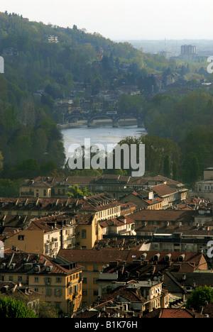 La città di Torino, Piemonte, Italia, con il fiume Po in esecuzione attraverso di esso.