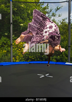 Ragazza Trampolining trampolino Cork in Irlanda somersaulting Foto Stock