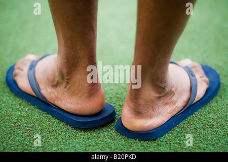 Retro dell'uomo piedi indossando blue flip flop Foto Stock
