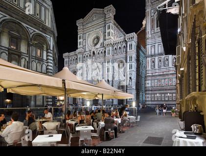 Cafè sul marciapiede di notte in Piazza San Giovanni con la Basilica di Santa Maria del Fiore (il Duomo), Firenze, Foto Stock