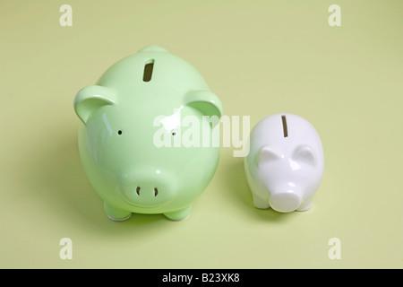 Salvadanaio di due banche, uno grande e uno piccolo Foto Stock