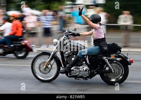 Biker femmina cavalca un Harley Davidson Moto a Amburgo, Germania Foto Stock