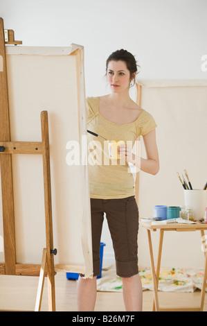 Donna pittura su cavalletto Foto Stock