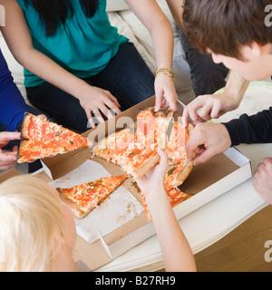 Gli amici di mangiare la pizza