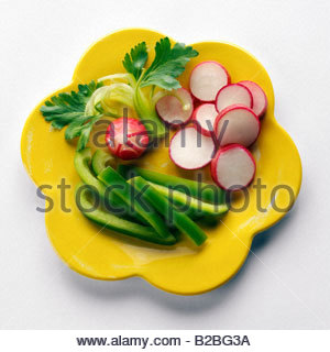 Verdure crude sulla piastra Foto Stock