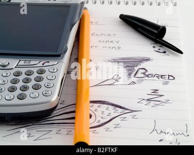 Doodle schizzo foderato di affari di lavoro Notepad con annoiato disegni e Mobiles phone PDA Foto Stock