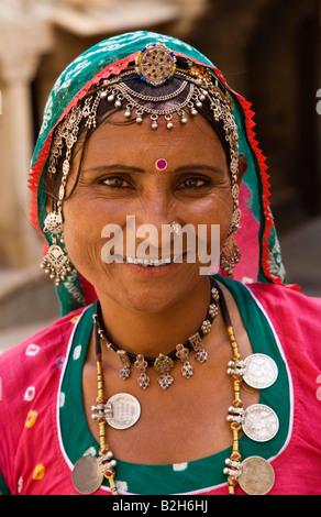 Una donna di Rajasthani in abito tradizionale comprendente una moneta collana JAISALMER RAJASTHAN IN INDIA Foto Stock