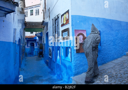 Scene di strada nel blu della città murata di Chefchaouen, Marocco Foto Stock