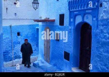 Scene di strada nel blu della città murata di Chefchaouen, Marocco