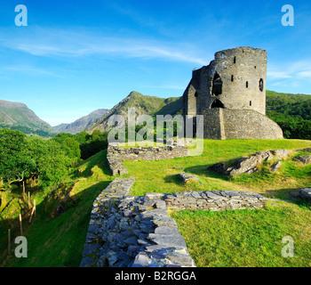 Il mantenere abbandonati di Dolbadarn Castle sulle rive del Llyn Padarn vicino a Llanberis nel parco nazionale di Foto Stock