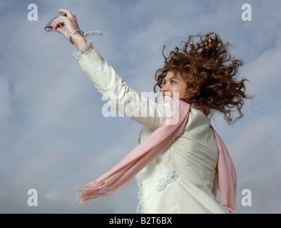 Donna prendendo autoritratto con la fotocamera Foto Stock