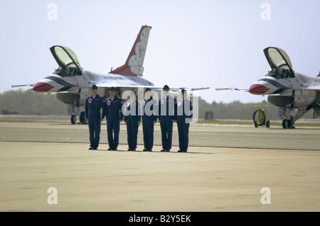 Sei US Air Force maschio e femmina di piloti in piedi all attenzione di fronte a loro F-16C Fighting Falcons, Point Mugu, CA