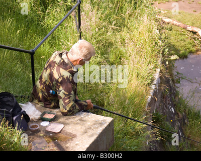 Fisherman angling su Lancaster canal Foto Stock