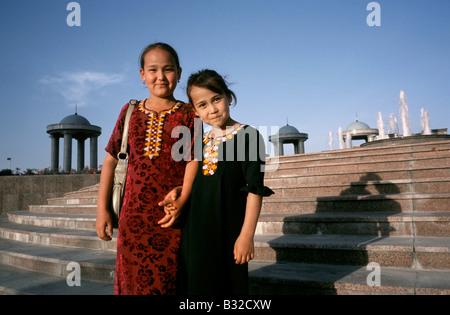 7 maggio 2006 - Due piccoli locali di donne che indossano il tradizionale turkmena costume nazionale (Kurta) al Parco Indipendenza Aşgabat.